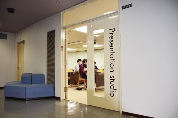 図書館3階会議室に近づくと、何やら賑やかな音楽が聞こえてきました。