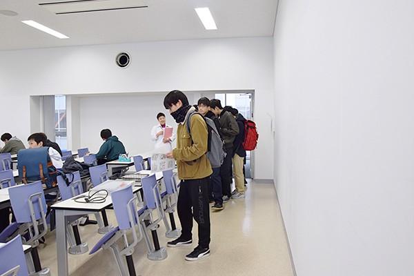 講義棟Nexus21の6階の教室に続々と集まってくる学生たち。
