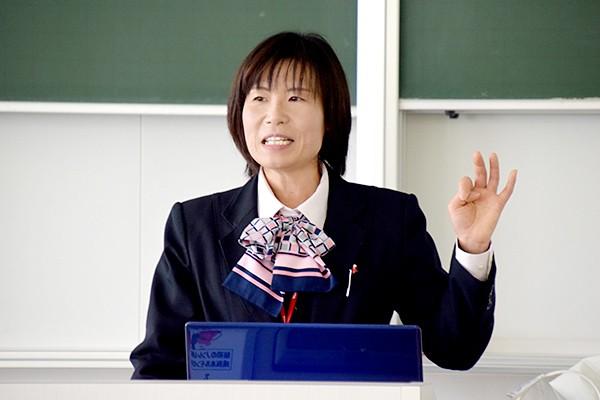 講師は山口県東部ヤクルト販売株式会社の管理栄養士 吉岡清恵さん。「50〜60年後も元気で過ごすためには、今の生活がとても大切。健康の基礎を覚えて帰ってください」と話し、講義をはじめました。