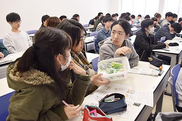 吉岡さんが用意してくれた野菜サンプルで1日に摂るべき野菜の量を確認。「思ったよりも多いんだ」と学生たち。