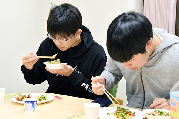 「本当に焼肉のたれだけで味付けしているの?」と、驚いた様子で試食を楽しむ学生たち。