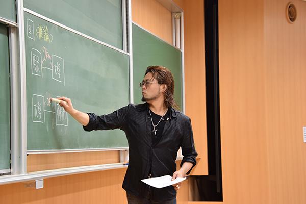 講師は、各地の大学でSPI講座を受け持ち、大学受験の講師としても全国を飛び回っている株式会社PHI(ファイ)代表の森本晋介先生。