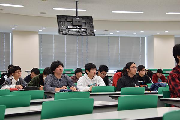 学生たちは食い入るように黒板を見つめ、森本先生の講義に集中していました。