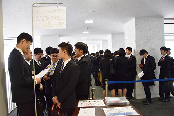 13時の開始前、会場のLEAF GARDEN前には長蛇の列。先頭の学生は10時から並ぶほど、強い意気込みで臨んでいました。