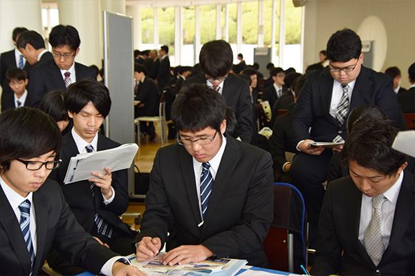 メモを取りながら真剣に聞く学生たち。東京や大阪などの都市に限らず、地域でも輝ける働き方があることを知りました。
