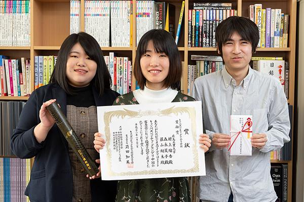 (写真左より)村上瑠香さん、森永笑子さん、藤山翔太さん。奨励賞を受賞した時の賞状と目録と共に。