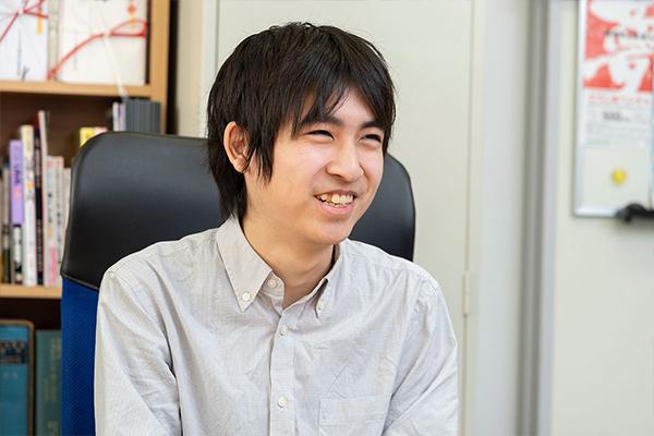 藤山翔太さん(知的情報システム学科・3年)。「海外からの観光客が増えている状況なので、日本の伝統工芸品に興味を持つ人はもっと増えるんじゃないかと思います」