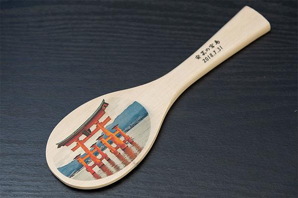 3人の研究室には、宮島のお土産の定番であるしゃもじがありました。実はこのしゃもじも、「宮島細工」と呼ばれる伝統工芸品の一つです。