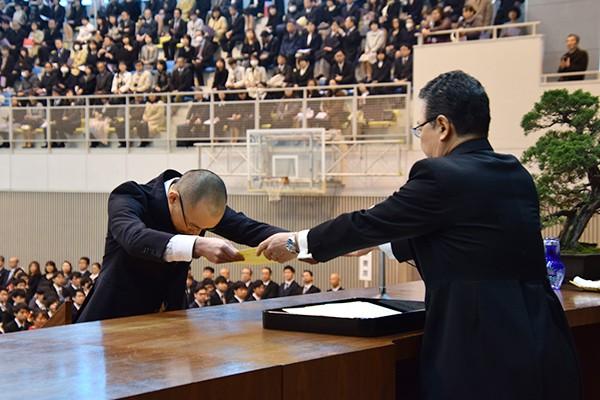 最初に学位記を受け取る大学院博士後期課程の戎佳宏さん。