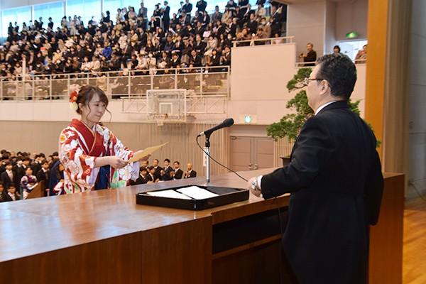 橋本香里さん(環境デザイン学科)は、環境学部を代表して卒業証書・学位記を受け取りました。