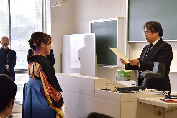 一人ひとり卒業証書と学位記を受け取る学生たち。