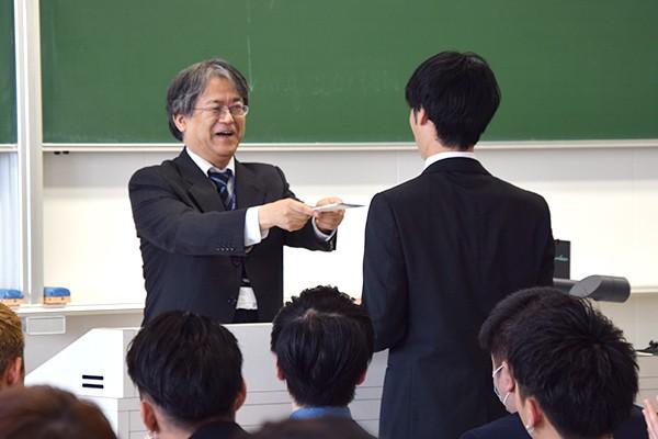 同時に成績優秀者、学科特別賞受賞者の表彰も行いました。