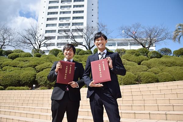 左から大畑大輝さんと髙橋謙太さん(電気システム工学科)2人の一番の思い出は3年生の時、真夜中まで学科棟に残り、一緒に実験レポートを作成したこと。「大変だったけど、今となってはいい思い出です」と振り返ってくれました。