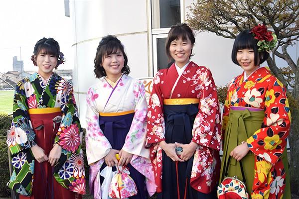 左から島田咲愛さん、板垣茜さん、熊谷美里さん、片岡聖美さん(地球環境学科)「学生自主企画プログラムHITチャレンジでピタゴラ装置をみんなで協力してつくったのが思い出に残っています。測量など専門的な技術も身につきました」と、話してくれました。
