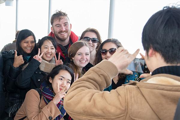 フェリーでは揃って船上デッキへ。冬の海の寒さをものともせず、10分間の船旅を楽しみました。TWU生に本学学生が混ざって記念撮影するなど、早くも和やかな雰囲気です。
