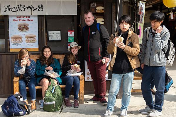 厳島神社を出た後は、町家通りや商店街、紅葉谷公園など思い思いに散策。商店街のコッペパンサンドが価格的にも昼食として大人気。中には穴子飯にチャレンジしたグループもいました。