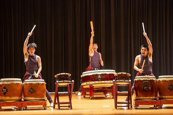 コンサートに華を添える、「鼓遊会」による和太鼓の演奏。勇壮で、エキゾチックでもある和太鼓の調べは、TWU生の心をしっかりと捉えたようです。