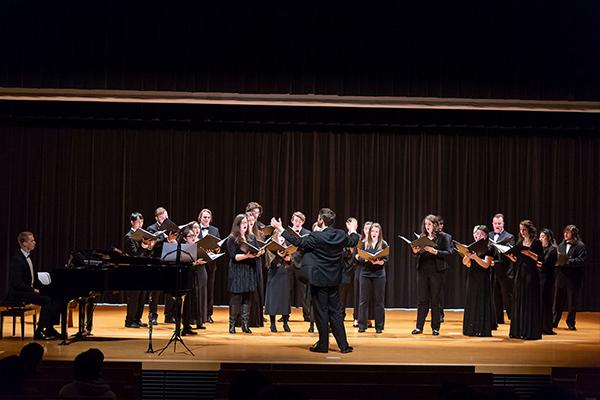 神の存在を歌った「O sing joyfully」や、「愛と慈しみのあるところ」という意味の「Ubi caritas」を演奏。