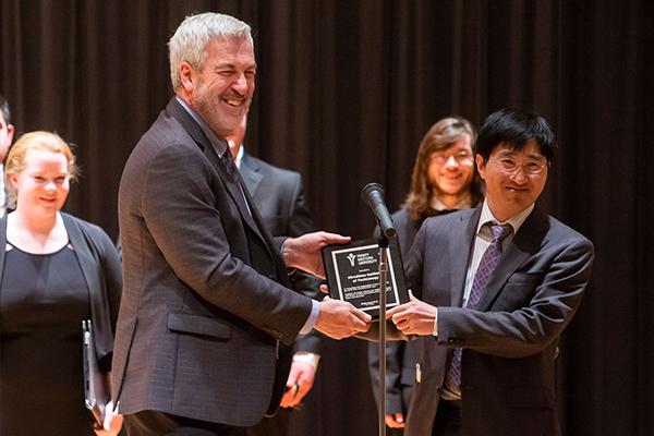 「音楽は国境や文化を超え、人と人を共感させる力を持っています」とDavid Squires学部長(写真左)。氏より本学国際交流センターの王センター長に記念品が贈呈されました。