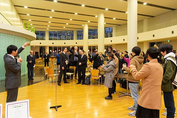 本学の王センター長が乾杯の音頭を取り、ウェルカムディナーがスタート。TWU生と本学学生は、互いをねぎらうようにグラスを交わしていました(ただし、ノンアルコールです)