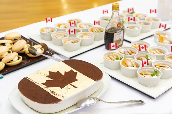 ディナーに用意されたメニューの中には、カナダ国旗を描いたティラミスや、カナダ国旗を散りばめたホットケーキも。その心づくしに、TWU生は大いに癒やされていたようです。