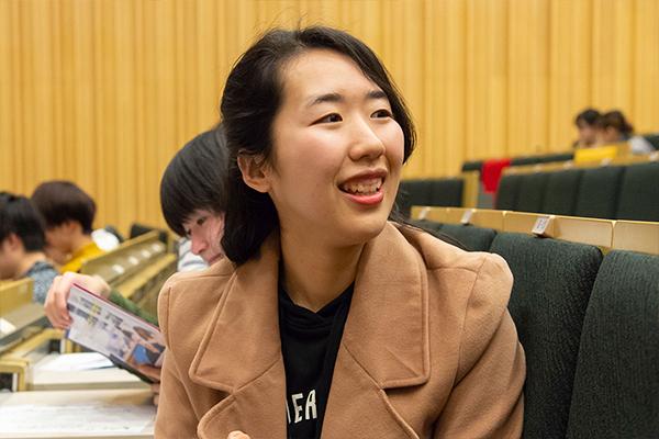 「宮島ではTWU生と一緒に甘酒を飲みました。TWUのみんなもおいしいと言ってくれたのだけど、説明に困って。自分がもっと日本文化を知り、英語力を磨かないといけないですね」と笑う渡辺 樹さん(食品生命科学科1年)