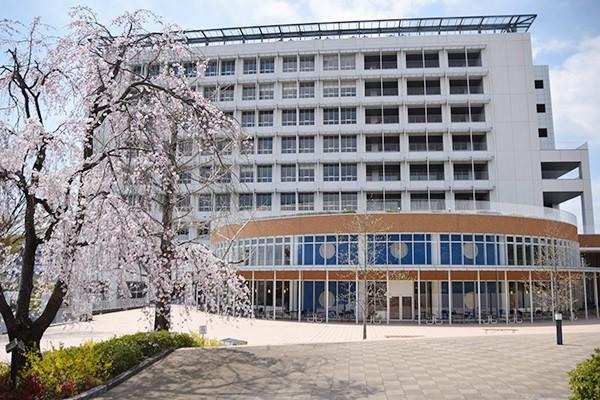 暖かな春の陽気に包まれ、桜の花が咲き誇るキャンパス内。絶好の入学宣誓式日和となりました。