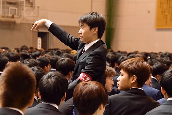 開式前、新入生の誘導など会場の至るところで在学生スタッフが式典のサポートをしていました。