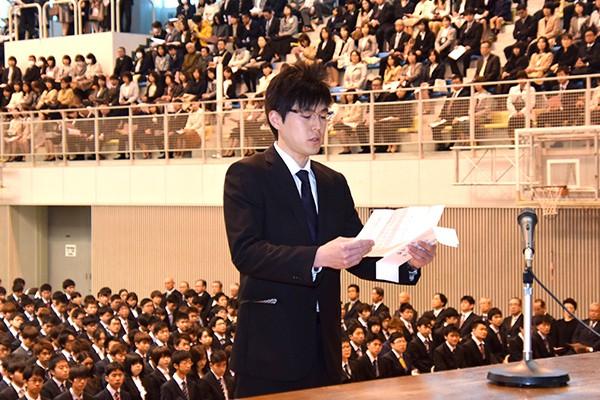 「学則と伝統を守り、学術研究に励み、社会の進展に寄与することを宣誓いたします」と松林さん。