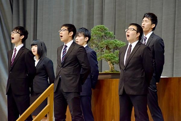 最後に吹奏楽部の伴奏のもと、学生自治会、文化局、体育会本部、工大祭実行委員会のメンバーが大学歌を披露し入学宣誓式に花を添えました。