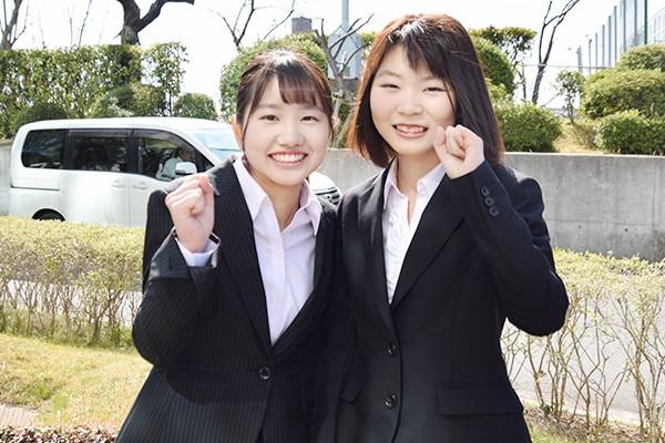 建築デザイン学科の河田彩さん(左)と庄司涼穂さん(右)2人の目標は建築士の資格を取得すること。「広島工大は1年次から専門の授業があるので、早くから本格的に学べるのが楽しみです」