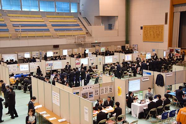 活気あふれる鶴記念体育館。学内で一度にたくさんの企業の情報を収集できるのが、大きなメリットです。
