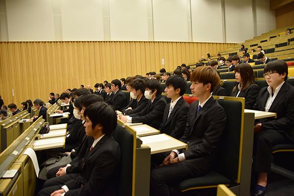 開会前のデネブホール。報告を間近に控え、緊張の面持ちで待つ学生たちの姿がありました。