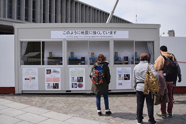 実際に展示されている様子がこちら。多くの観光客が足を止めて、パネルと模型に見入っていました。