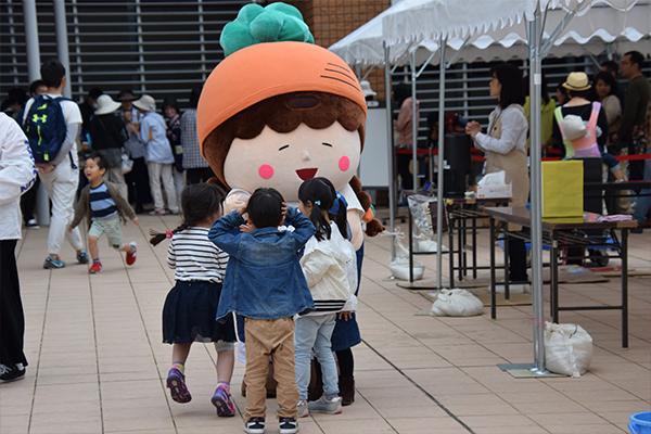 女子学生キャリアデザイン(JCD)センターのキャラクター「キャロミ」がふれあいフェスタに初登場。さっそく子どもたちが駆け寄り、あっという間に人気者に。