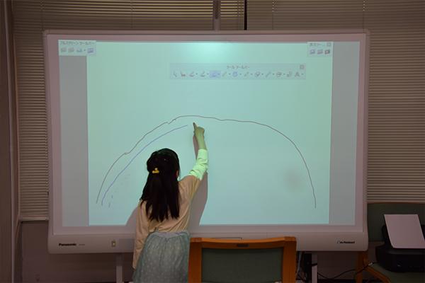 図書館では、子どもたちが電子黒板のお絵描きに夢中。完成した絵はプリントアウトしてプレゼント。