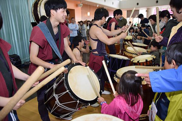 和太鼓サークル「鼓遊会」は、迫力満点のパフォーマンスを披露。演奏後は和太鼓体験も行いました。
