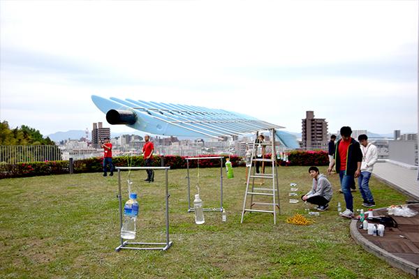 ガーデンプラザでは人力飛行機部が滑空機の主翼模型の荷重試験を公開。普段なかなか見ることのできない光景に来場者も興味深そうに見入っていました。