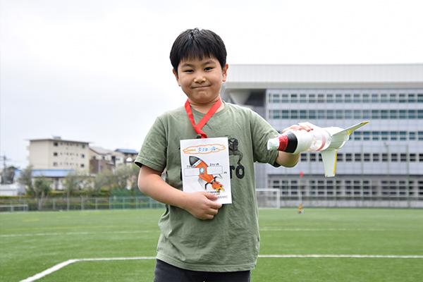 はじめてペットボトルロケットに挑戦した茂久田舜くん(4年生)。「ペットボトルロケットの羽の数、水量、空気の量で飛び方が変わって面白かった。来年も参加して記録を更新したいです」と話してくれました。