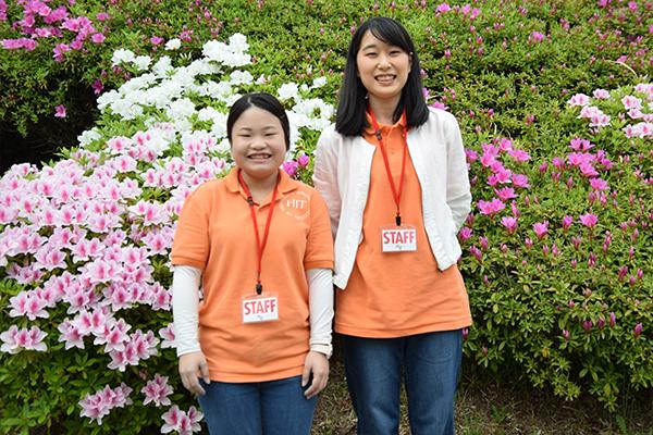 スタッフとして活躍した松谷さん(左)と村岡美咲さん(右:食品生命科学科1年)。村岡さんは初めてのJCDプロジェクト参加。「子どもによって反応は様々で、とても興味深かったです」