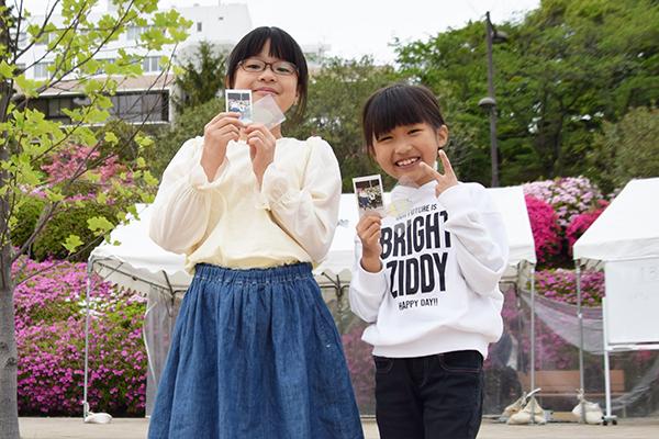 山田桃子さん(左:4年生)と吉藤羽乃加さん(右:4年生)「レスキューロボットを操作するのが面白かったです」と山田さん。「葉脈アートで、葉っぱを歯ブラシで削るところが楽しかったです」と吉藤さん。