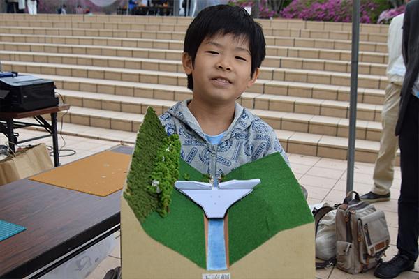 西村晃久くん(3年生)「今日一番楽しかったのは砂防ダムのペーパークラフト。のりづけするのが難しかったけど、全部一人でできたのでうれしかったです」と、完成品を見せてくれました。