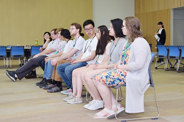 講義棟Nexus21-10階スカイテリアにて開講式を待つ留学生たち。まだ少し緊張気味の様子。