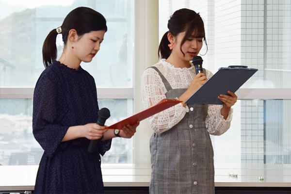 英語で司会を務めるのは、建築デザイン学科3年の和田稀弥華さん(左)と新庄美月さん(右)
