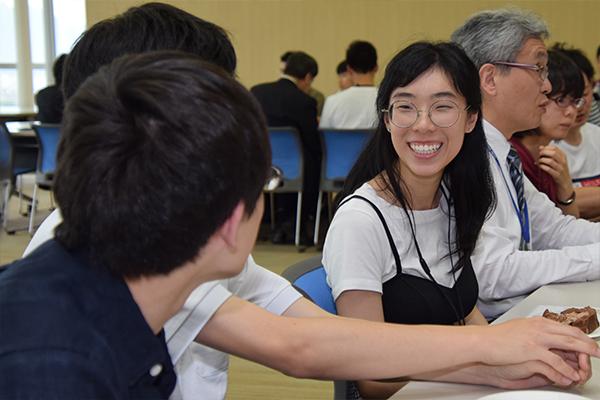 「好きな日本アニメは何?」と積極的に話しかける参加学生たち。他にも海外の日常生活や食生活のことなど、様々な話で盛り上がっていました。
