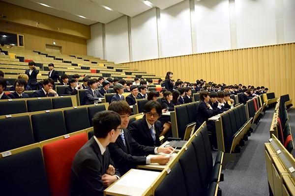 開会直前まで発表資料に目を通し、最終確認をするエントリー団体の学生たち。