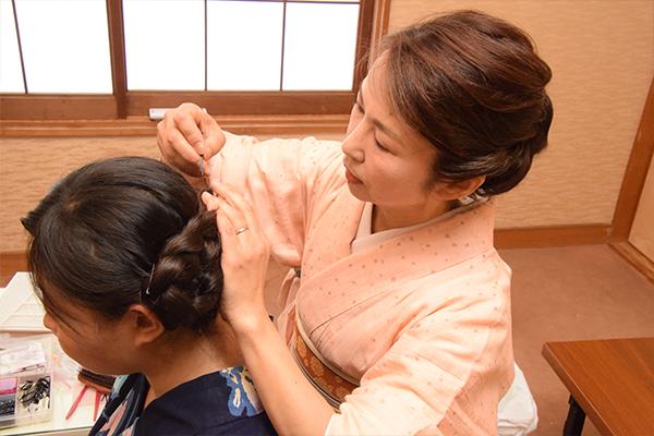 女子留学生は、浴衣に似合うヘアアレンジも施していきます。