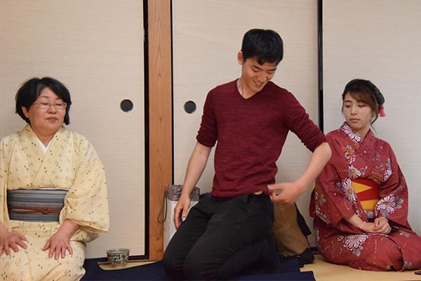 茶道部員が「足がしびれた時は、この体勢ができるかどうかを確認しましょう。できなければ立たずにゆっくり休んでください」と正座からの立ち方をアドバイス。