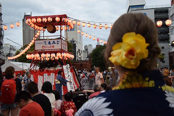 盆踊りの様子を見学中。「アメリカやカナダのお祭りには、来場者が飛び入りで自由に参加できる催しはあまりないです」と珍しそうに眺めていました。