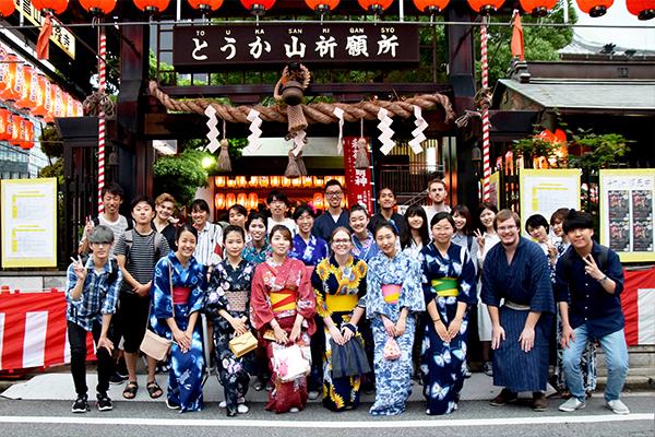 留学生と国際交流ボランティアの学生たち全員で記念撮影!お祭りを通して絆を深めました。